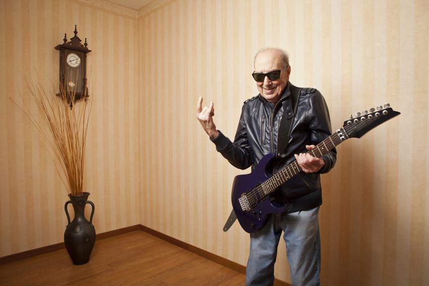 Senioren lernen Gitarre und Co.: So gelingt der Einstieg