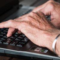 Die 5 besten Webseiten, auf denen Sie andere Senioren kennenlernen können